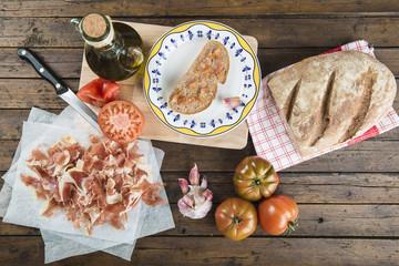 Jamón, pan, tomate, aceite de oliva y ajo para hacer el típico pan tumaca español