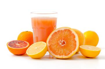 Zitrusfrüchte und Saft