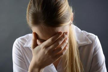 Frau ist traurig und hat Depressionen vor Einsamkeit, Trauer und Sorgen