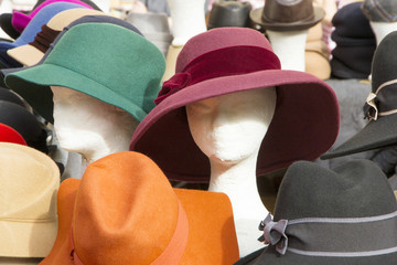 graziosi cappelli in un mercato di Roma