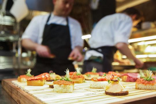 Restaurant, Catering, Köche bereiten Vorspeisen