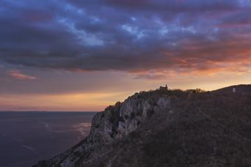 Chapelle sur falaise en Croatie