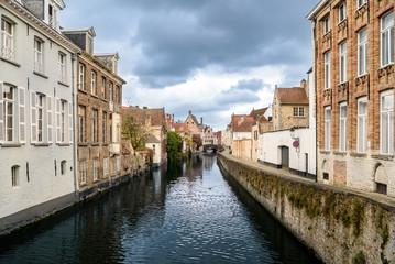 Ein Kanal/eine Gracht in Brügge, Belgien. Fotografiert von der Torenbrug aus.