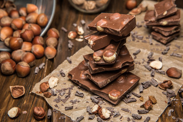 Плитки шоколада на бумаге с шоколадной крошкой