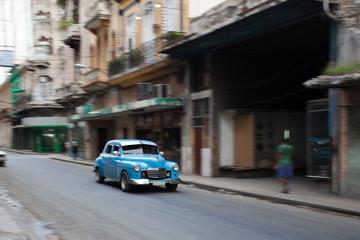 Oldtimer fährt durch Havanna