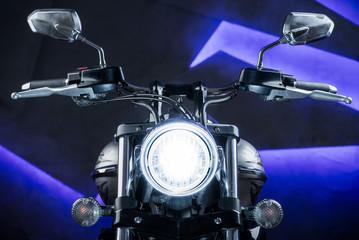 образ крутого навороченного мотоцикла чоппер в студии