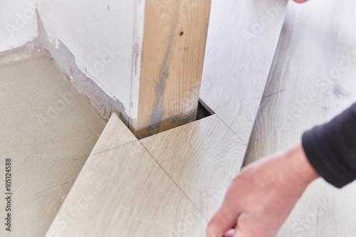 Piastrellista posa piastrelle finto legno immagini e fotografie royalty free su - Posa piastrelle finto legno ...
