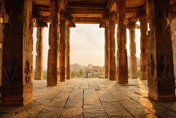 Spoed Fotobehang Bedehuis Beautiful architecture of ancient ruines of temple in Hampi