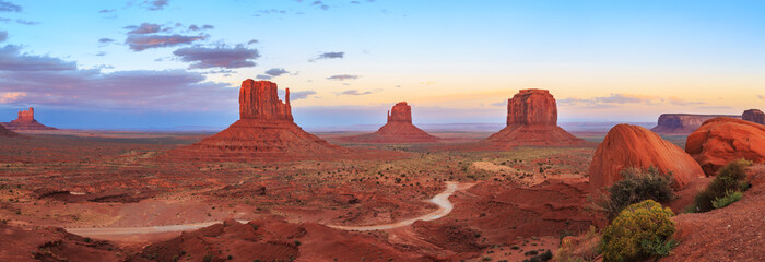 Photo sur Aluminium Bleu ciel Sunset at Monument Valley Navajo Tribal Park in Arizona, Utah, USA