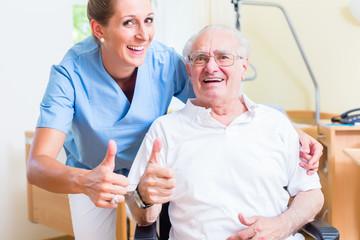 Senior und Altenpflegerin empfehlen ein Altenheim