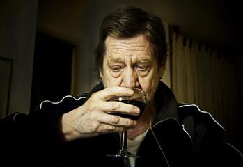 Uomo anziano, assaggio, degustazione vino rosso