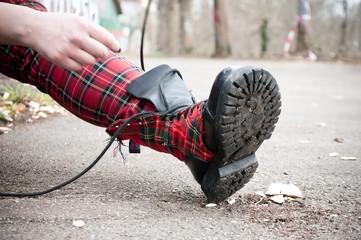 détail chaussure style punk rock tissus écossais
