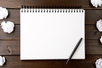 Notizbuch leer mit zerknülltem Papier