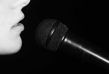женский рот возле микрофона