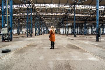 Frau in einer großen Halle