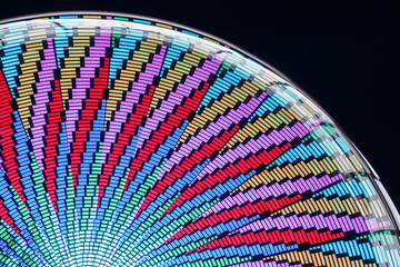 Beleuchtetes Riesenrad vor Nachthimmel