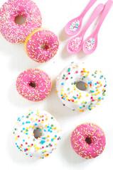 rosa Donuts mit Zuckerstreuseln