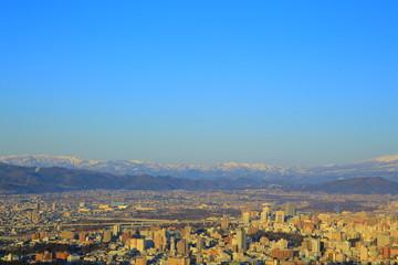 奥羽山脈と盛岡の街並み