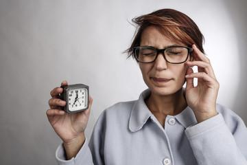 donna ancora addormentata ci mostra la sveglia