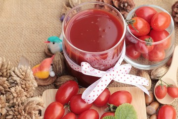 Tomato juice with fresh tomatoes.