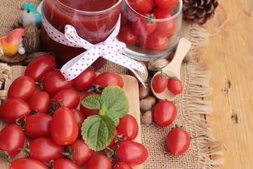 Tomato juice with fresh tomatoes.