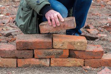 Mann schichtet Steine aufeinander