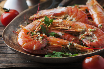 Cooked prawns with oil and parsley