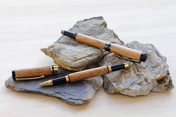 Kugelschreiber aus altem Kiefernholz auf Fossilien