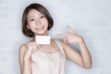 カードを指差す女性