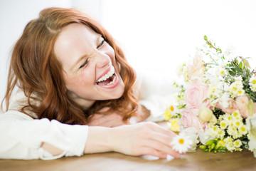 Frau mit schönen Lachen und Blumen