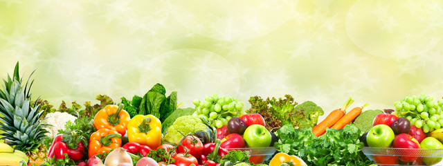 Foto op Plexiglas Groenten Vegetables and fruits over green background.