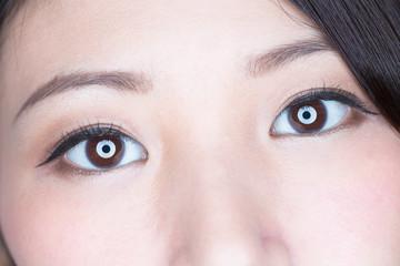 美しい瞳 / 若い女性