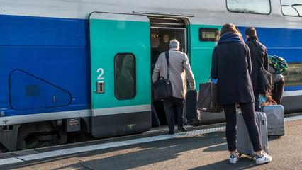 Voyageurs montent dans le train