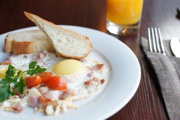 Завтрак с глазуньей и апельсиновым соком