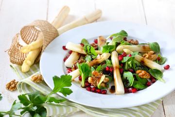 Weißer Spargel auf Feldsalat mit kandierten Walnüssen und Granatapfelkernen  - Salad with white asparagus, lamb's lettuce, candied walnuts and pomegranate seeds