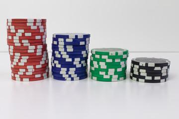 Pokerchips gestapelt verschiedene Werte