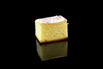 ein stück zitronenkuchen auf einem schwarzen hintergrund
