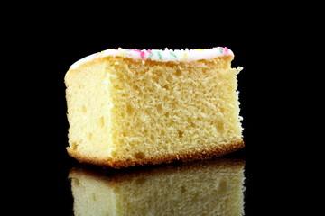 ein stück zitronenkuchen auf schwarzen hintergrund