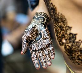 Индийский орнамент (мехенди) на руке.
