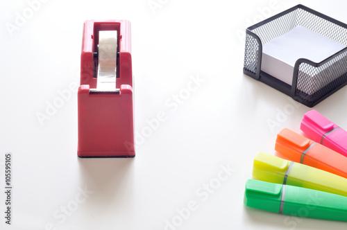 Oggetti Da Ufficio : Oggetti da ufficio su scrivania bianca dispenser scotch porta