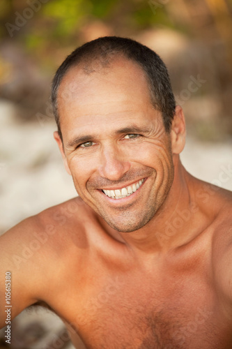 portrait d 39 homme brun europ en de 40 ans photo libre de droits sur la banque d 39 images fotolia. Black Bedroom Furniture Sets. Home Design Ideas