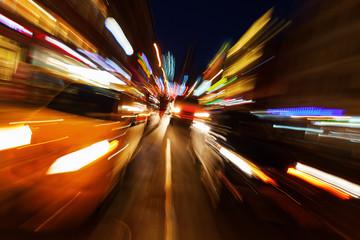 abstraktes Zoombild vom nächtlichen Autoverkehr