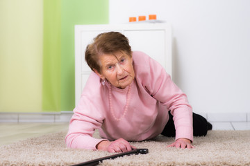 seniorin stürzt in der wohnung über die teppichkante