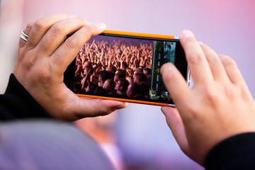 concert public musique foule photo souvenirs smartphone mobile t