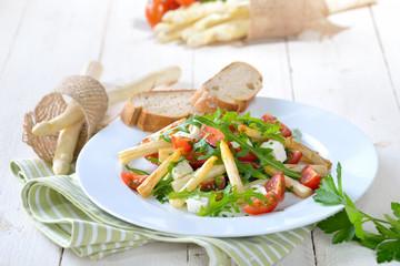 Gemischter Salat aus gebratenem weißen Spargel mit Feta, Rucola und Kirschtomaten - Mixed salad with white asparagus, feta cheese, rocket and cherry tomatoes
