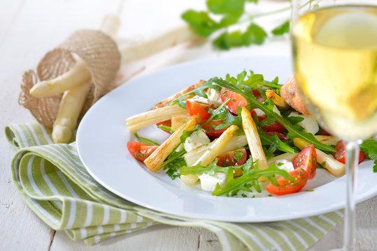 Gemischter Salat mit  gebratenem, weißen Spargel und Feta, serviert mit einem Glas trockenen Weißwein - Mixed salad with fried asparagus and feta cheese, served with a glass of dry white wine
