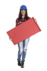 Weiblicher Handwerker zeigt ein Werbeplakat