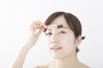 女性 美容 アイブロウブラシ 道具 白バック カメラ目線