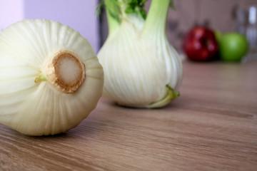Knollenfenchel in moderner Detailaufnahme auf einem Gemüsetisch