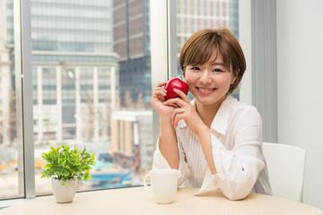 りんごを持つ女性